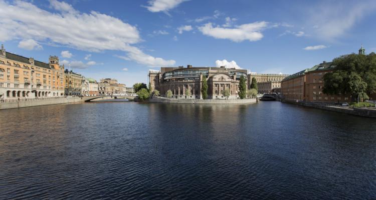 Augusti 2014. Sommarfotografering av Riksdagshuset med omnejd. Västra riksdagshuset och Rosenbad sett från Vasabron.